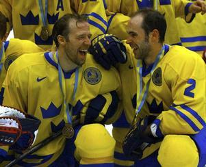Pär Djoos tillsammans med Christer Olsson efter VM-bronset i Lillehammer 1999.