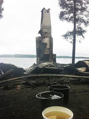 Murstocken är det enda som står kvar efter branden.