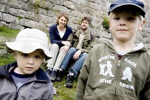 MILJÖFAMILJ. Sofia och Martin Lord, med barnen Vilgot och Albin har trivts som pionjärfamilj för en hållbar miljö i Gävle.