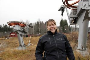 Martina Svensson, Kungsbergets nya platschef, oroas inte över plusgraderna. Snart kommer kylan så konstsnön kan börja produceras, menar hon.