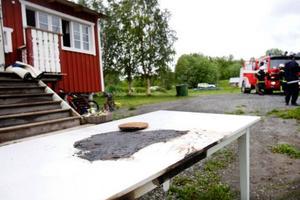 Elden spred sig från ljuset till bord, stolar och köksgolv.  Branden vållade kraftig rökutveckling.Foto: Ulrika Andersson