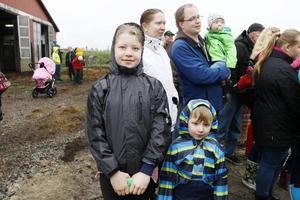 Meja och Mio Thyr från Bogärdet utanför Tobo var med sina föräldrar och lillebror några av besökarna på söndagens kosläpp.