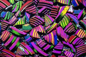 Skärvor från lerduvor ser nästan ut som giftigt godis, när Peo Eriksson har förvrängt färgerna i fotografiet.