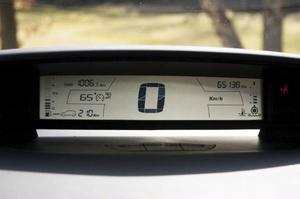 På informationstavlan ovanpå instrumentbrädan finns färddatordata samlat med hastigheten i mitten.