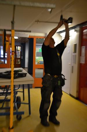 Brandskyddsarbetet påbörjades strax före jul och slutbesiktning ska ske vecka 19. Snickaren Leif Tidebron bygger brandceller vid hissarna på entréplan.
