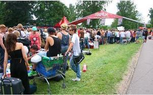 Utanför ingången till festivalcampingen ringlade kön lång under måndagseftermiddagen.FOTO: LINNEA STÅHLBERG