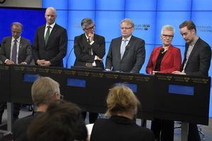 Mikael Oscarsson (KD), Daniel Bäckström (C), Hans Wallmark (M), försvarsminister Peter Hultqvist, Åsa Lindestam (S) och Anders Schröder (MP) vid presskonferensen när ytterligare en halv miljard kronor sköts till.