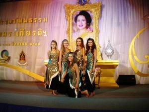 Elin Stenbäck, Matilda Johansson, Jenniefer Norberg, Fia Alander och AnnaHuczkowski dansade för Thailands drottning på hennes födelsedag. Foto: Privat