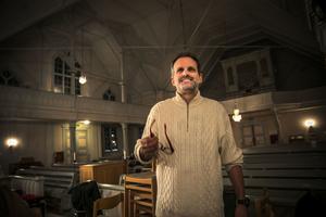 Matthias Schaletzky, dirigenten från Tyskland, som numer sprider kultur i de jämtländska småbyarna. Och som får dem att lysa.
