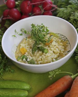 Färskriven parmesanost ger krämig konsistens och rätt smak på en långsamt tillagad risotto.