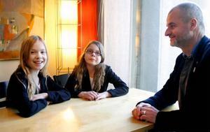 Nioåringarna Tyra Nordvall och Tova Rosén hade många frågor till barn- och utbildningsnämndens ordförande Björn Sandel (S) om varför deras Ope skola läggs ned till sommaren.