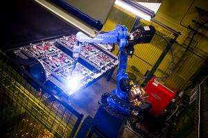 Svetsroboten är halvautomatisk och ska halvera tillverkningstiden, men kräver fortfarande en mänsklig operatör för att fungera.