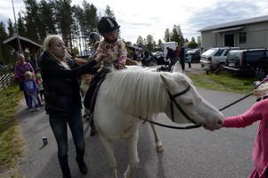 Felicia Alriksson, två år, får rida på ponny för första gången.