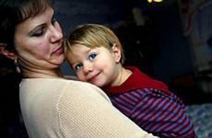 Dominika Rogan är två år. Hon har varit sjuk i veckor men blir inte frisk. Familjen bor i Andersberg och då är det inte så lätt att få hjälp.- Varför är det så svårt att få komma till en läkare? undrar mamma Irena Rogan. Foto: ANNAKARIN BJÖRNSTRÖM