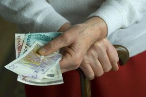 Pengar i handen. Både regeringen och oppositionen lovar mer pengar till pensionärerna efter valet.foto: scanpix