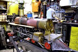 I miniatyr. Allt ser ut som på riktigt, men i miniformat. Det gäller att elda med stenkolen och hålla koll på vattnet för att tåget ska gå bra.