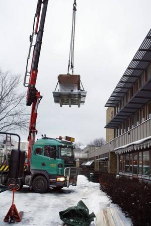 I går morse hissades motorn till det nya vindkraftverket upp till taket på Polhemsskolan.