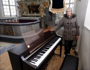 """""""Det här digitala pianot passar inte in i en 1700-tals kyrka"""", säger Karin Månsson.  Foto: Jan Andersson"""