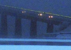 Vallsundsbron insvept i frostdimma på morgonen.