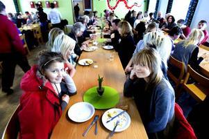 God mat. Lovisa Enerhall och Matilda Hammarlund tycker att maten är godare jämfört med förr.