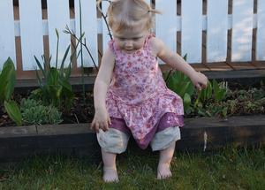 Efter att ha jordbrukat med fingrarna blev Ellen trött och i brist på något att sitta på fick blomrabatten duga.