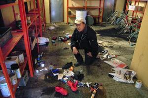 Mats Backlund visade vid LT:s besök på onsdagen resultatet av den senaste vandaliseringen vid återvinningscentralen i Gällö. Foto: Ingvar Ericsson