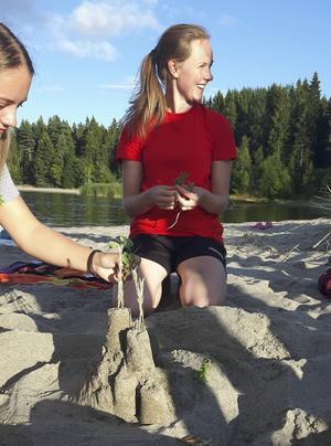 Lägerledare Emma Edlund hjälper till att bygga sandslott.