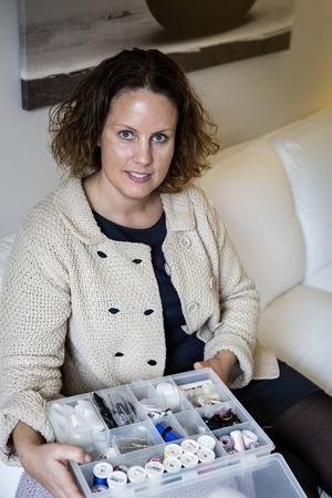 Ordningskonsulten Brita Hahne visar smarta organisationslösningar i hemmet. Ordning i sylådan.