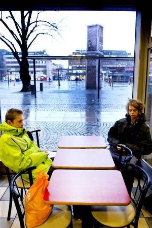 Unga om rånen. Simon Solem, 14 år och Isak Nilsson, 15 år, båda Hedesunda, säger att det inte snackas så mycket om rånbrott i deras umgängeskrets. Men Simon berättar att han har en bekant som varit utsatt för rån.