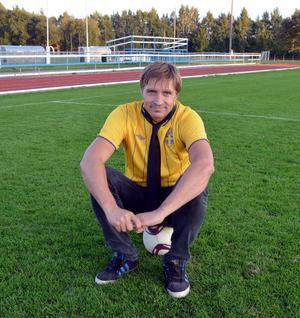 Fotbollen och uppgiften som tränare för Avesta AIK s flick- och damlag ger  kommunalråd Lars Isacsson energi.