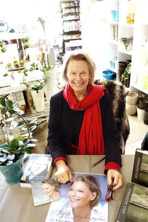 Den världskända finska sångerskan Arja Saijonmaa signerade sin bok