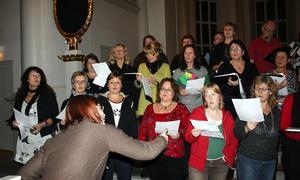 Gospel varvat med gamla storslagna julsånger som O helga natt finns med på Jenny Olofsson julskiva. I onsdags kväll pågick inspelningen av medverkande gospelkören Joyful Soul i Njurunda kyrka.
