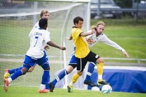 Solomon Lugero och Nicklas Bengtsson i hård kamp med matchens första målskytt Tomas Gunnarsson.