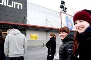 Amanda Lindqvist och Amanda Salomonsson kom till premiäröppningen mest för att titta.