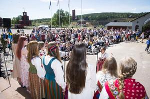 Salta Röster sjunger från Gruvmuseets trappa under nationaldagen.