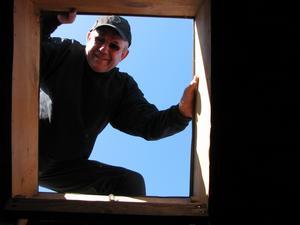 Bild på hantverkare på väg upp på taket för div. reparationer