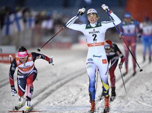 Kampen om den totala sprintvärldscupen står mellan ledaren Maiken Caspersen Falla (till vänster) och tvåan Stina Nilsson.