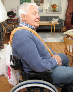 Luffarkroken över axeln gör det lättare att bära en påse på ryggen. Åke Palmqvist demonstrerar luffarnas verktyg, som han väckt liv i.