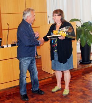 Lillemor Edholm delar ut årets kulturstipendium till Kent Sundberg.