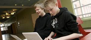 Vet vad de får göra. Daniel Karlsson, till vänster, blev av med sin dator under några skoldagar i höstas för att han laddat ner ett spel med 16-årsgräns, något han då inte visste var otillåtet. Joel Hammar tror att alla elever har något de egentligen inte får ha i datorn, det går ju att ladda ner hemma.