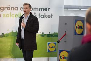 Ulf Hellström, försäljningschef på ABB i Västerås, deltog vid invigningen av Lidls nya butik i Göteborg, där kunderna erbjuder att ladda sina elbilar i laddstolpar från ABB.