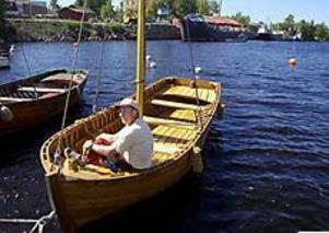 Foto: LASSE WIGERT Nygammalt bygge. Briggen Gerdas skeppsbåt har byggts upp vid varvet under förra året efter ritningar från 1850-talet. Den lovar Lasse Måhl att besökarna ska få ro i på lördag.