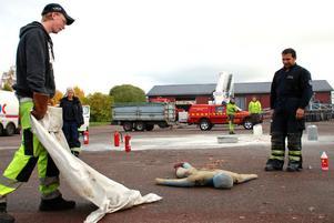 Alexander Lind släckte en brand som uppstått i dockans arbetskläder. Brandmästare Patrik Fredriksson övervakade övningen.