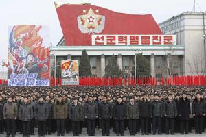 Nordkoreaner vid ett av diktaturens massmöten.