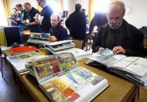 Foto: NICKBLACKMON Populärt. Drygt hundra personer besökte vykortsmässan under de två första timmarna.