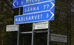 Tack vare de nya skyltarna kan de ursprungliga namen på byar och platser bevaras till eftervärlden. Som till exempel bynamnet Måmsta?, som betyder malmstad, en plats där det fanns mycket myrmalm.