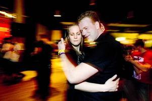 SISTA DANSEN. Anna Jonsson, 24, från Södertälje och Magnus Persson, 24, från Örnsköldsvik är tätt omslingrade.Foto: Catharina Hugosson