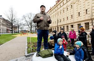 Med ordet simsalabim invigde stadsbyggnadsnämndens ordförande Erland Solander (M) den nya lekparken.