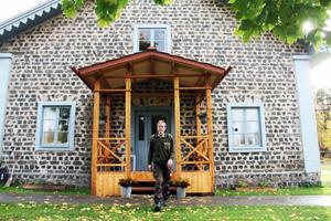 I sommar blev den fina förstukvisten av lärkträd klar. Rolf Nyström har byggt den efter en äldre modell som finns på framsidan av huset.