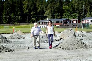 Mats Frykman och Anna Jupiter-Berg från Norrham, Hamrångebygdens IF, visar vart konstgräsplanen på Vifors IP håller på att anläggas.